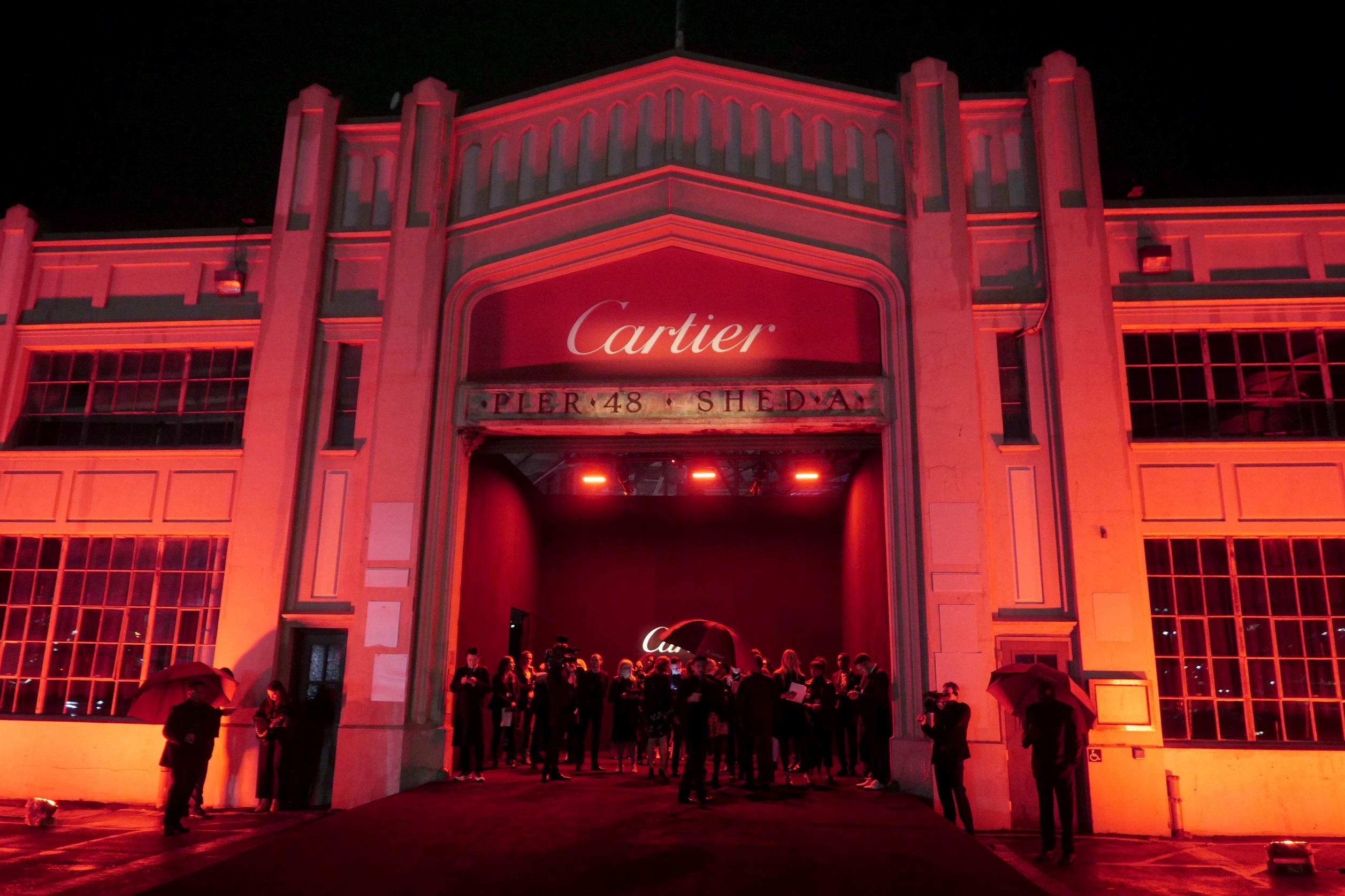 Cartier realizó hace un par de semanas el lanzamiento a nivel internacional de su nuevo modelo Santos de Cartier. Homenaje a Alberto Santos Dumont, piloto brasileño amigo personal de Louis Cartier, y quien comisionara un reloj de pulso para ser usado durante sus vuelos,